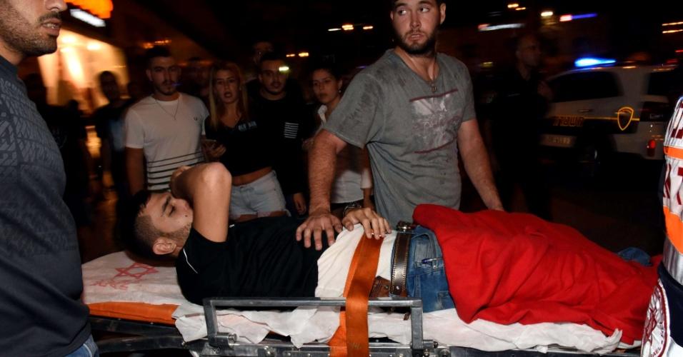 18.out.2015 - Um homem, aparentemente palestino, cometeu um atentado neste domingo na principal estação de ônibus da cidade de Beersheba, no sul de Israel. Duas pessoas morreram, segundo informações da polícia e de médicos