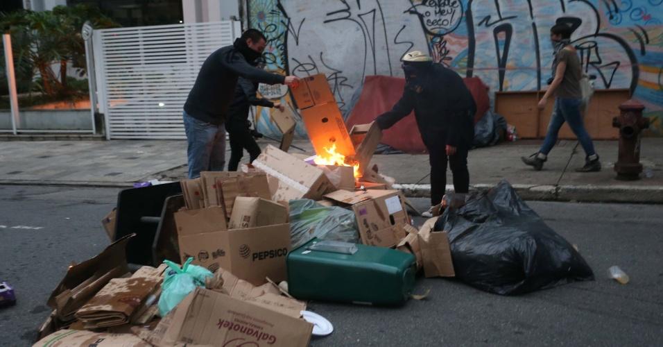 12.jan.2016 - Após dispersão com bombas da polícia, alguns manifestantes atearam fogo em ruas da região da avenida Paulista, em São Paulo, durante protesto