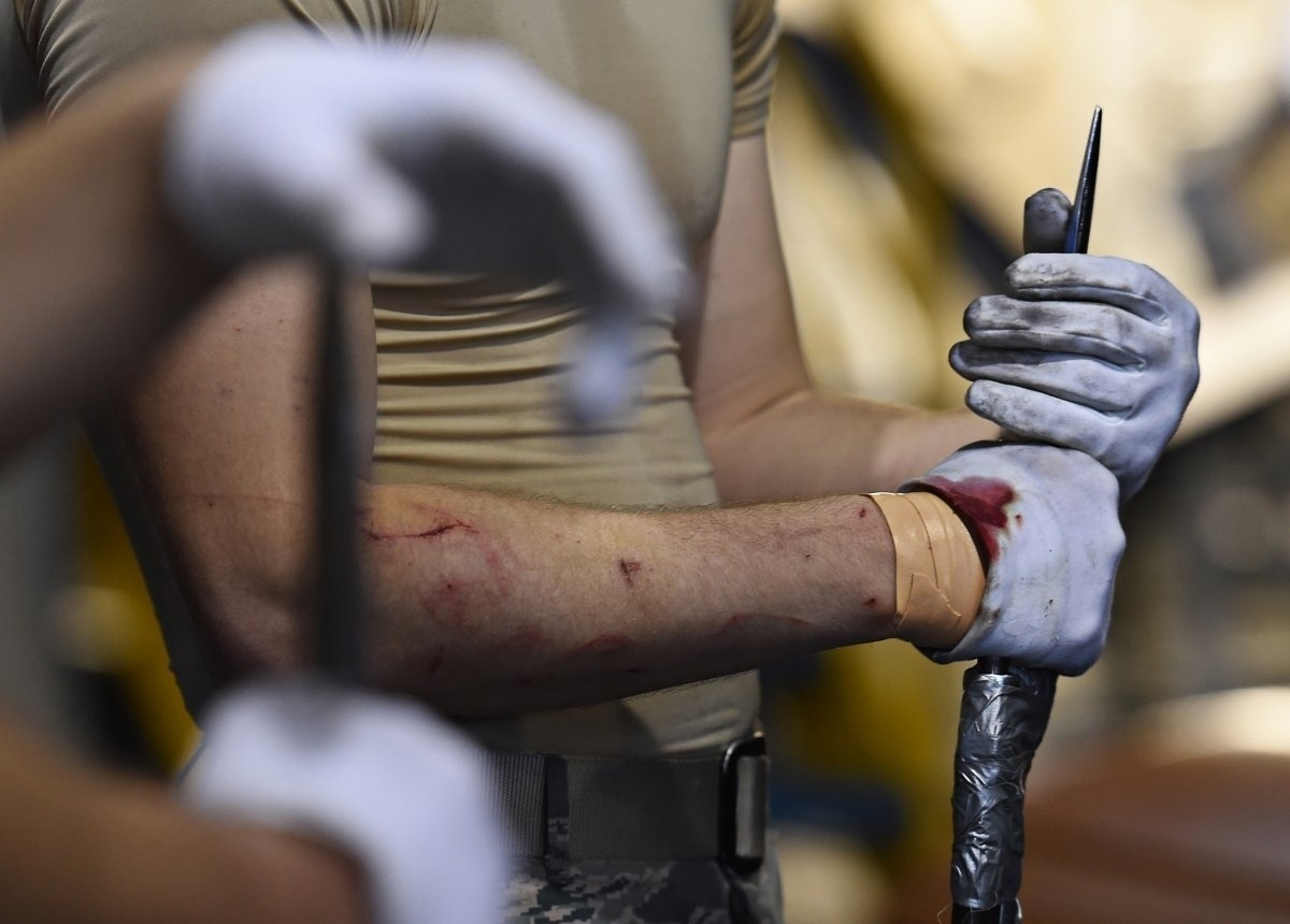 13.jan.2016 - O aviador da primeira classe da Força Aérea dos Estados Unidos, Jacob Wilson, segurou uma baioneta durante treinamento da equipe no dia 13 de janeiro de 2015