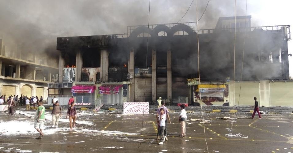 9.fev.2016 - Um shopping center foi incendiado durante confrontos em Áden, no Iêmen. A cidade do sul do país é considerada a capital provisória do poder reconhecido pela comunidade internacional