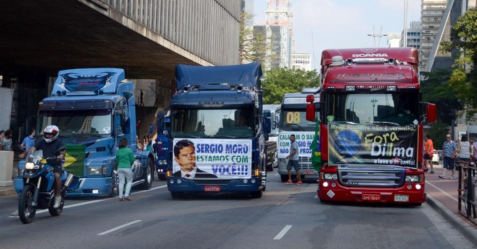 2.abr.2016 - Caminhões fazem carreata pela avenida Paulista, em São Paulo, em protesto contra a presidente Dilma Rousseff (PT) e o ex-presidente Lula (PT)