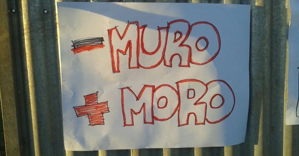 """13.abr.2016 - Cartaz com a mensagem """"Menos muro, mais Moro"""" é colocado do lado do muro onde ficarão manifestantes pró-impeachment no próximo domingo (17), dia da votação no plenário na Câmara do processo de afastamento da presidente Dilma Rousseff"""