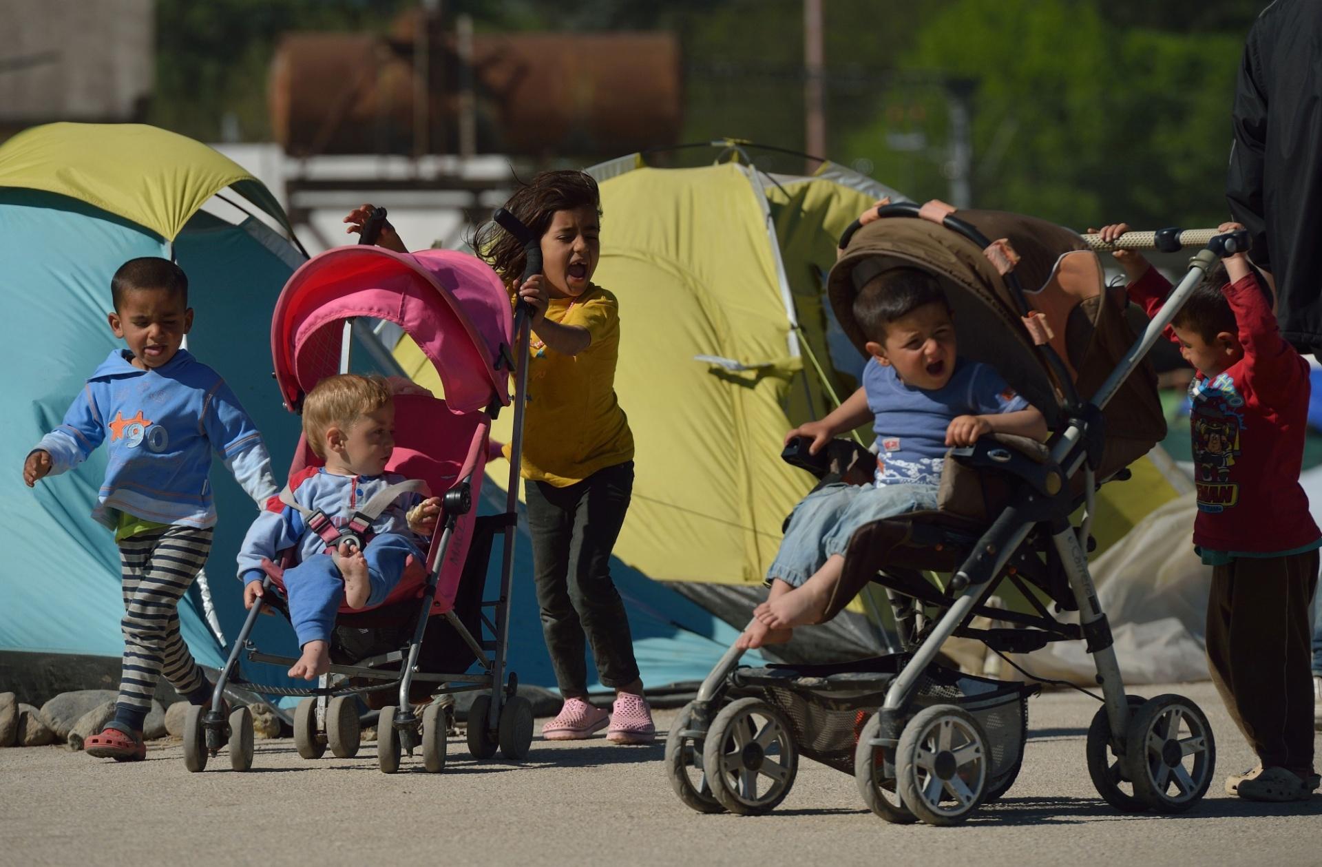 15.abr.2016 - Crianças brincam em acampamento improvisado na vila grega de Idomeni, localizada na fronteira com a Macedônia. Com milhares de pessoas acampadas na região, os países trocam acusações sobre a responsabilidade e condições enfrentadas pelos migrantes