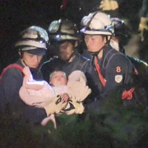 Bebê é resgatado de escombros após terremoto no Japão