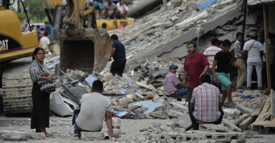 17.abr.2016 - Moradores de Pedernales ajudam a mover destroços em busca de sobreviventes do terremoto no Equador