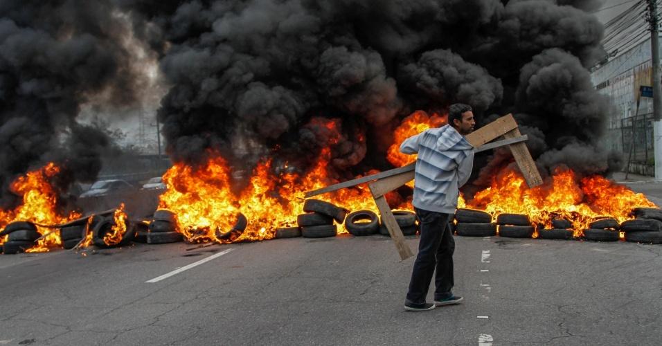 28.abr.2016 - Manifestantes da Frente Povo Sem Medo, composta por dezenas de movimentos sociais encabeçados pelo Movimento dos Trabalhadores Sem Teto (MTST), bloqueiam pista da marginal Pinheiros, próximo da ponte do Socorro, na zona sul de São Paulo, em protesto contra o impeachment da presidente Dilma. A Frente, que já havia anunciado a paralisação, realiza bloqueios em oito Estados e no DF