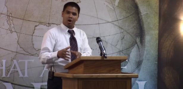 Pastor Roger Jimenez durante pregação em Sacramento, na Califórnia