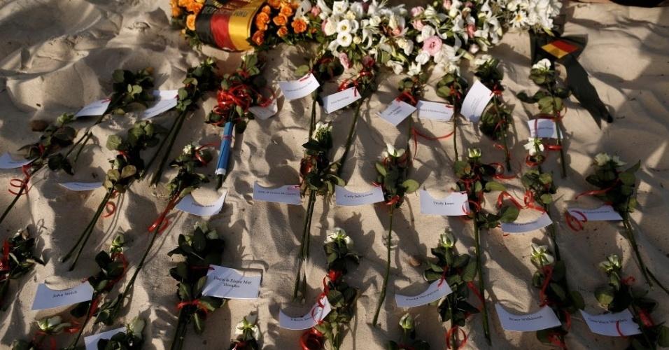 26.jun.2016 - Flores com etiquetas com os nomes das vítimas são deixadas na praia do resort imperial Marhaba, durante uma cerimônia após um ano do ataque de um atirador no hotel em Sousse, na Tunísia. Um terrorista treinado por jihadistas do Estado Islâmico matou 38 turistas, incluindo 30 britânicos, em um ataque ao hotel de luxo