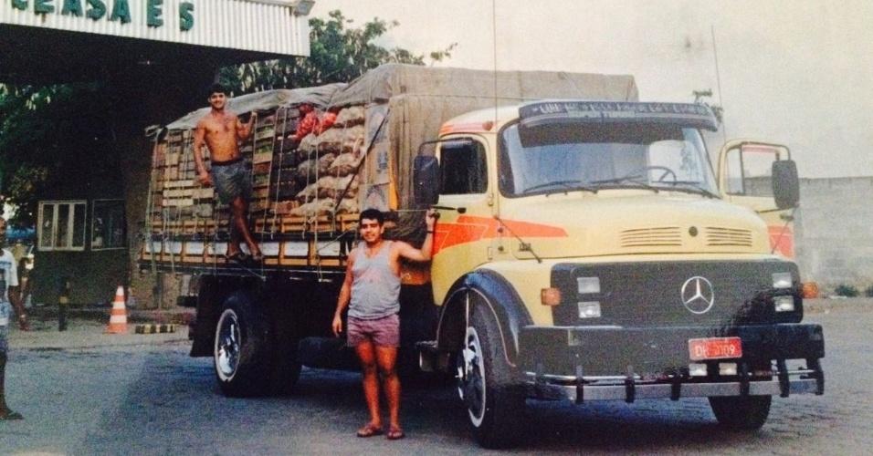 Darci Vargas (em pé) quando tinha uma distribuidora de frutas, legumes e verduras no Espírito Santo. Ele começou a trabalhar como feirante aos 16 anos. Hoje ele é dono de seis unidades da franquia Prepara Cursos