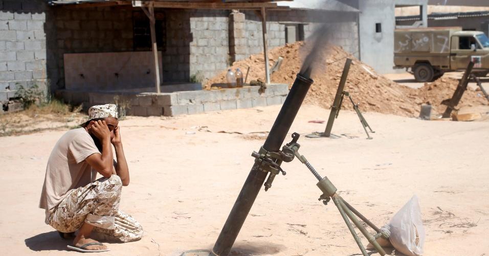 29.jul.2016 - Quando um militar grita 'Allahu Akbar', que significa Deus é Grande, um tanque ou caminhão dispara. Os combatentes se protegem atrás de escombros e barreiras criadas para impedir os tiros