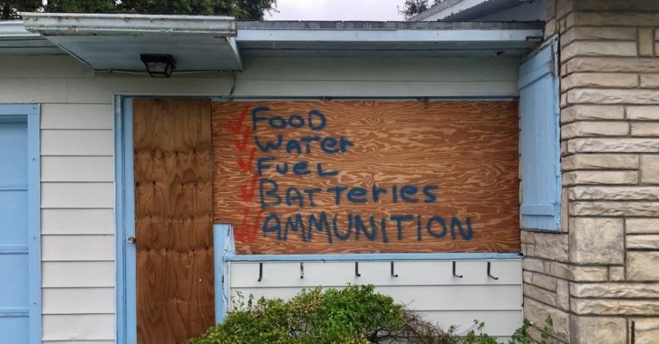 """7.out.2016 - Casa com tábuas de proteção contra a passagem do furacão """"Matthew"""" em Lake Worth, no Estado da Flórida, EUA. Na madeira aparece escrito """"comida"""", """"água"""", """"gasolina"""", """"baterias"""" e """"munições"""". Centenas de milhares de pessoas deixaram a costa rumo ao norte e ao interior do país"""