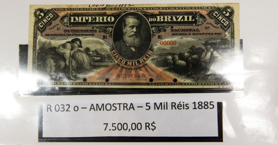 """Cédula de cinco mil réis de 1885, vendida por R$ 7.500. Abaixo da efígie do imperador D. Pedro 2º há o carimbo """"muestra"""", que identifica que a nota era uma amostra enviada ao imperador para aprovação antes de ser emitida para circulação"""