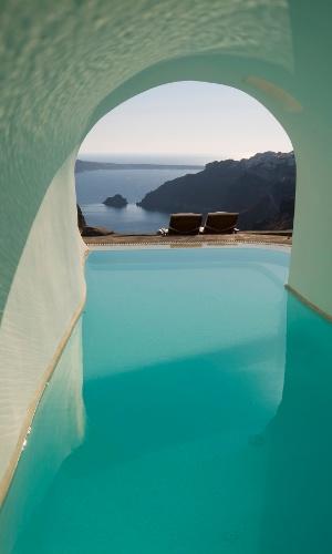 Piscina com vista para o mar Egeu, perto de Santorini, na Grécia. Santorini é um paraíso azul, desde os telhados das casas até o mar que cerca a ilha vulcânica