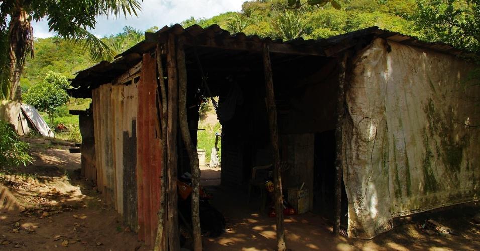 23.dez.2016 - Casa de Jose Dias, 86, construída com placas de metal, madeira compensada, lonas plasticas e telha de amianto