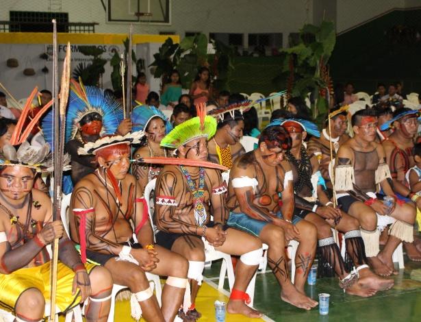 Formandos do curso de Pedagogia Intercultural que reúne 32 etnias indígenas - Asdrúbal Figueiró/UOL