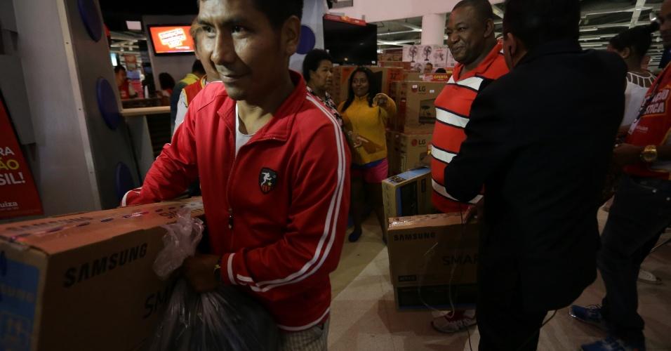 6.jan.2017 - Ivan Bazoberry, 30, foi o primeiro da fila em loja na Marginal Tietê, em São Paulo. Em busca de descontos em eletrodomésticos, ele diz que chegou às 8h30 da quinta-feira (5) para garantir o lugar