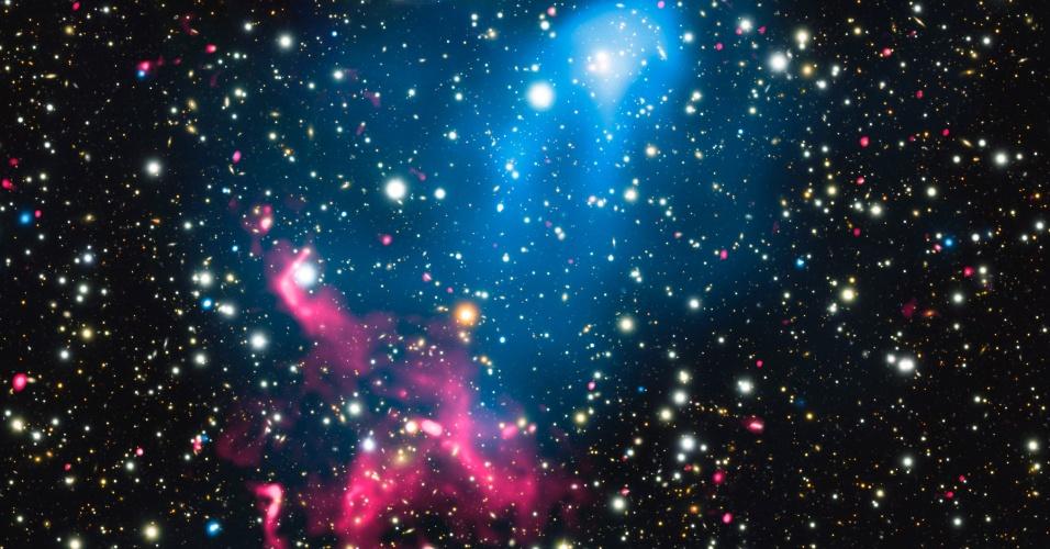 6.jan.2017 -ACELERADOR DE PARTÍCULAS - Um buraco negro supermassivo e a colisão de galáxias gigantes, se combinaram para criar um fenômeno inédito: um acelerador de partículas cósmicas natural. O registro foi realizado por meio de dados do observatório de raios-x Chandra, da Nasa, e do GiantMetrewave Radio Telescope (GMRT), que fica em Pune, na Índia. Os fenômenos só apareciam em registros separadamente