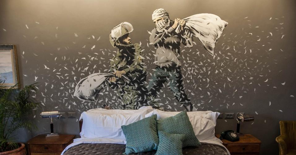 4.mar.2017 - Soldado israelense e militante palestino fazem luta de travesseiro em uma das pinturas de Banksy no hotel