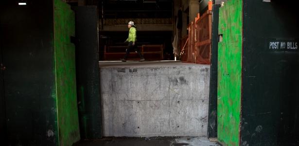 Trabalhador cruz o andar térreo na 540 W. 26th St, que é cerca de 1,2 metro acima do nível da rua, em Nova York