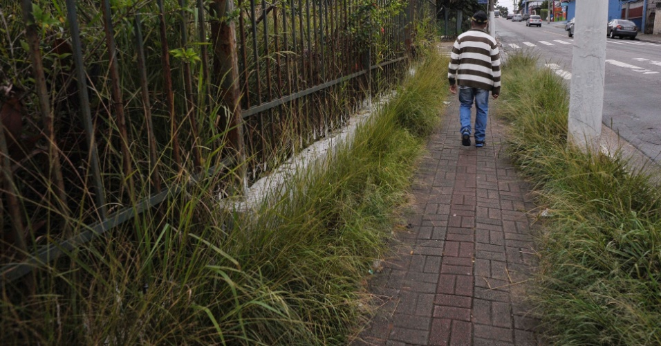 26.abr.2017 - Calçada da rua Sábado D'angelo, ao lado do parque Raul Seixas, na zona leste de São Paulo