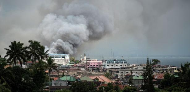 14.jun.2017 - Fumaça preta toma os ares da cidade de Marawi, palco de combate entre o Exército das Filipinas e militantes do Estado Islâmico no país
