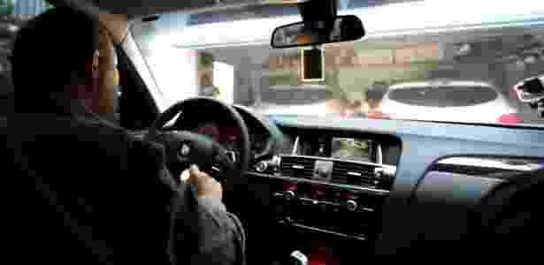 Carro adaptado permite que Norberto dirija; comandos como seta e buzina ficam concentrados na mão direita  - Marcela Sevilla/UOL - Marcela Sevilla/UOL