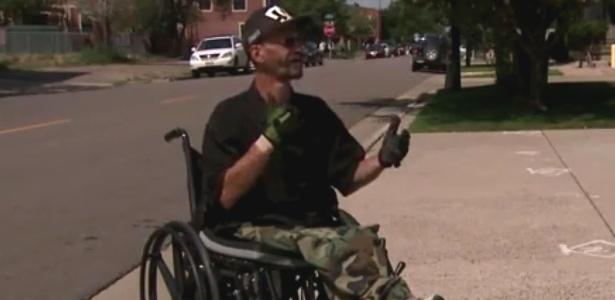 Wolfe diz que demora mais para atravessar a rua por causa da cadeira de rodas