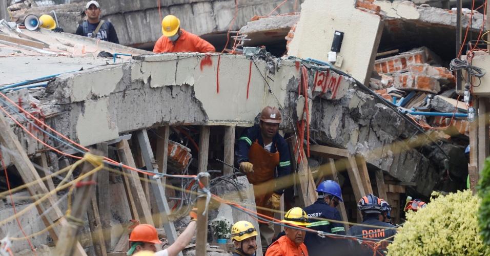 21.set.2017 - Equipes de resgate tentam retirar menina de 12 anos localizada com vida sob os escombros da escola Enrique Rebsamen
