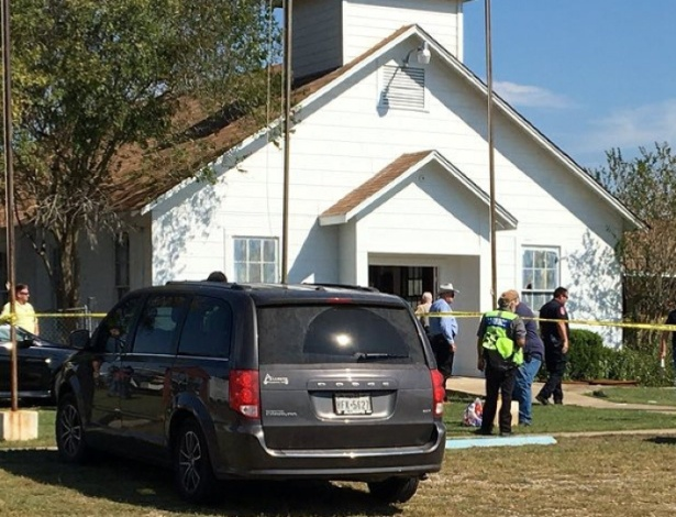 A polícia isolou a área ao redor da Primeira Igreja Batista em Sutherland Springs, no Texas, após atirador atirar contra pessoas no local