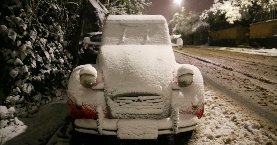 26.fev.2018 - Carro fica coberto de neve na manhã desta segunda-feira (26) em Roma, Itália