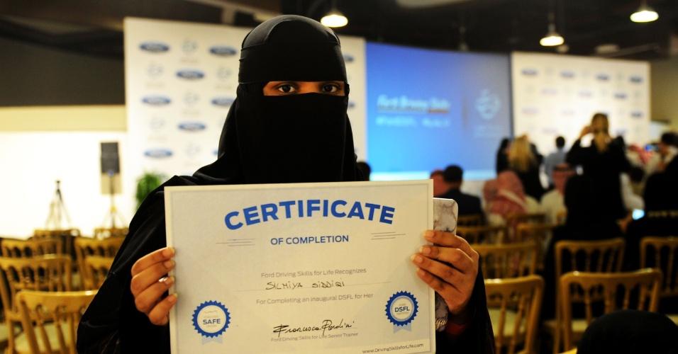 7.mar.2018 - Mulher saudita posa para foto com certificado de conclusão do curso de direção oferecido pela Ford na Universidade de Jeddah
