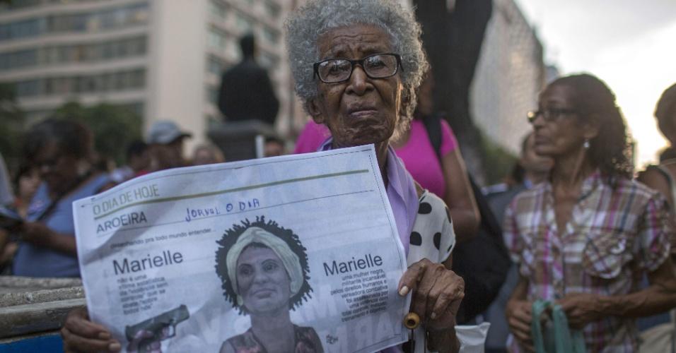 20.mar.2018 - Idosa marca presença em ato do sétimo dia de morte da vereadora Marielle Franco (PSOL) e do seu motorista Anderson Gomes realizado na Candelária, região central do Rio de Janeiro