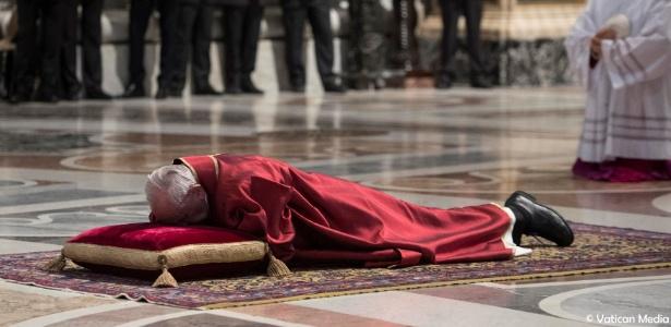 30.mar.2018 - Papa Francisco deita no chão durante missa da Paixão de Cristo realizada na Basílica de São Pedro, no Vaticano - Osservatore Romano/Reuters