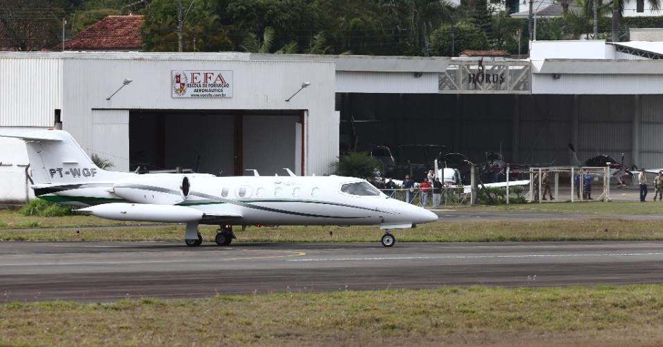 7.set.2018 - Avião transportando o candidato do PSL à Presidência da República, Jair Bolsonaro, decola do Aeroporto da Serrinha, em Juiz de Fora (MG), rumo à cidade de São Paulo