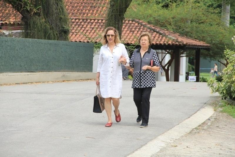 Atriz Eliane Giardini vai às urnas no Itanhangá Golf Club, na Barra da Tijuca, zona oeste do Rio