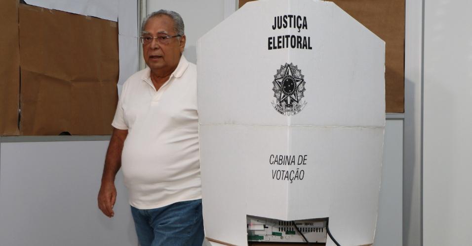 28.out.2018 - Candidato e atual Governador do Amazonas, Amazonino Mendes (PDT) vota na Secretaria do Estado da Fazenda (SEFAZ), em Manaus (AM)