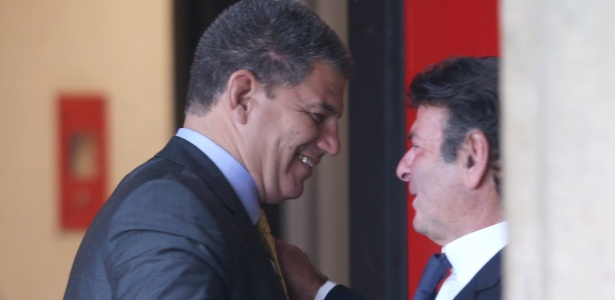 21.nov.2018 - Luiz Fux cumprimenta Gustavo Bebianno no CCBB - ERNESTO RODRIGUES/ESTADÃO CONTEÚDO