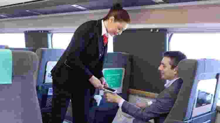 Neste trem, é possível pagar o bilhete com a mão. - BBC