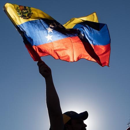 Manifestantes erguem as mãos durante protesto contra o presidente da Venezuela, Nicolás Maduro - Guillermo Arias/AFP