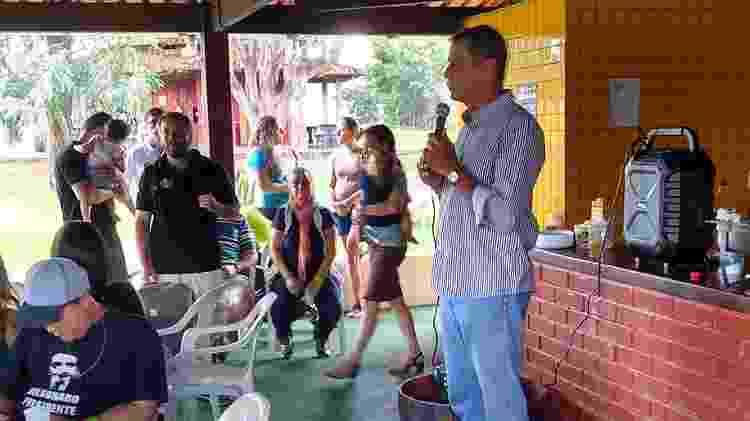 18.mai.2019: Paulo Chagas discursa em churrasco com simpatizantes de Bolsonaro no DF - Eduardo Militão/UOL
