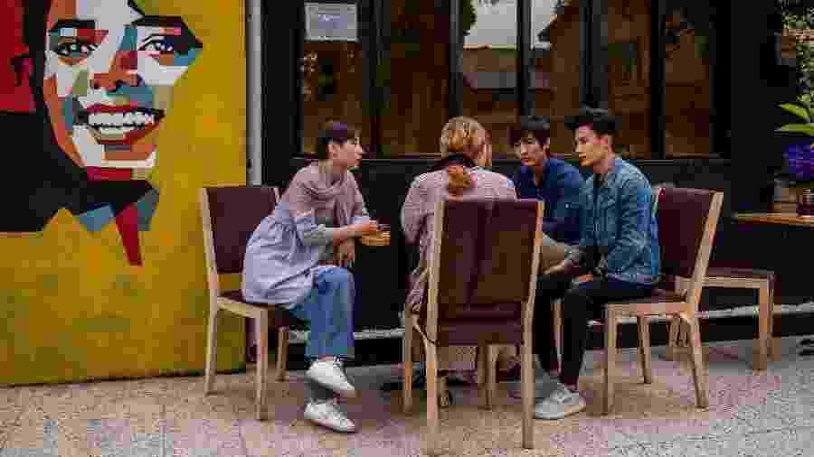 Mulheres afegãs conversam com amigos homens em um café em Cabul - Jim Huylebroek/The New York Times