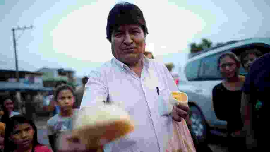 O então presidente da Bolívia e candidato à presidência, Evo Morales, oferece frutas a moradores de uma rua em Shinahota - 19.out.2019 - Ueslei Marcelino/Reuters