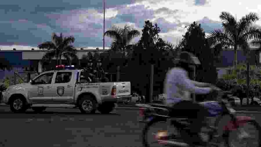 Polícia Nacional do Paraguai patrulha na avenida que faz fronteira com o Brasil - 27.jan.2020 - Marina Garcia/UOL