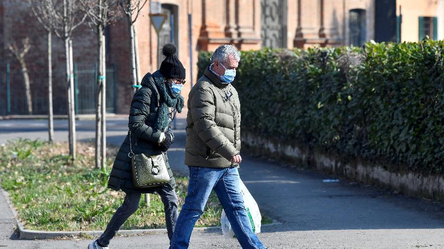 22.fev.2020 - Homem e mulher usando máscaras caminham em Codogno, no norte da Itália, primeira cidade do país que detectou casos de coronavírus e teve lockdown - Flavio Lo Scalzo/Reuters