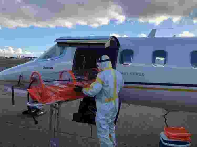 5.mai.2020 - Profissional da saúde prepara maca especial para transporte de doente de covid-19 em uma UTI aérea - Brasil Vida/Divulgação - Brasil Vida/Divulgação