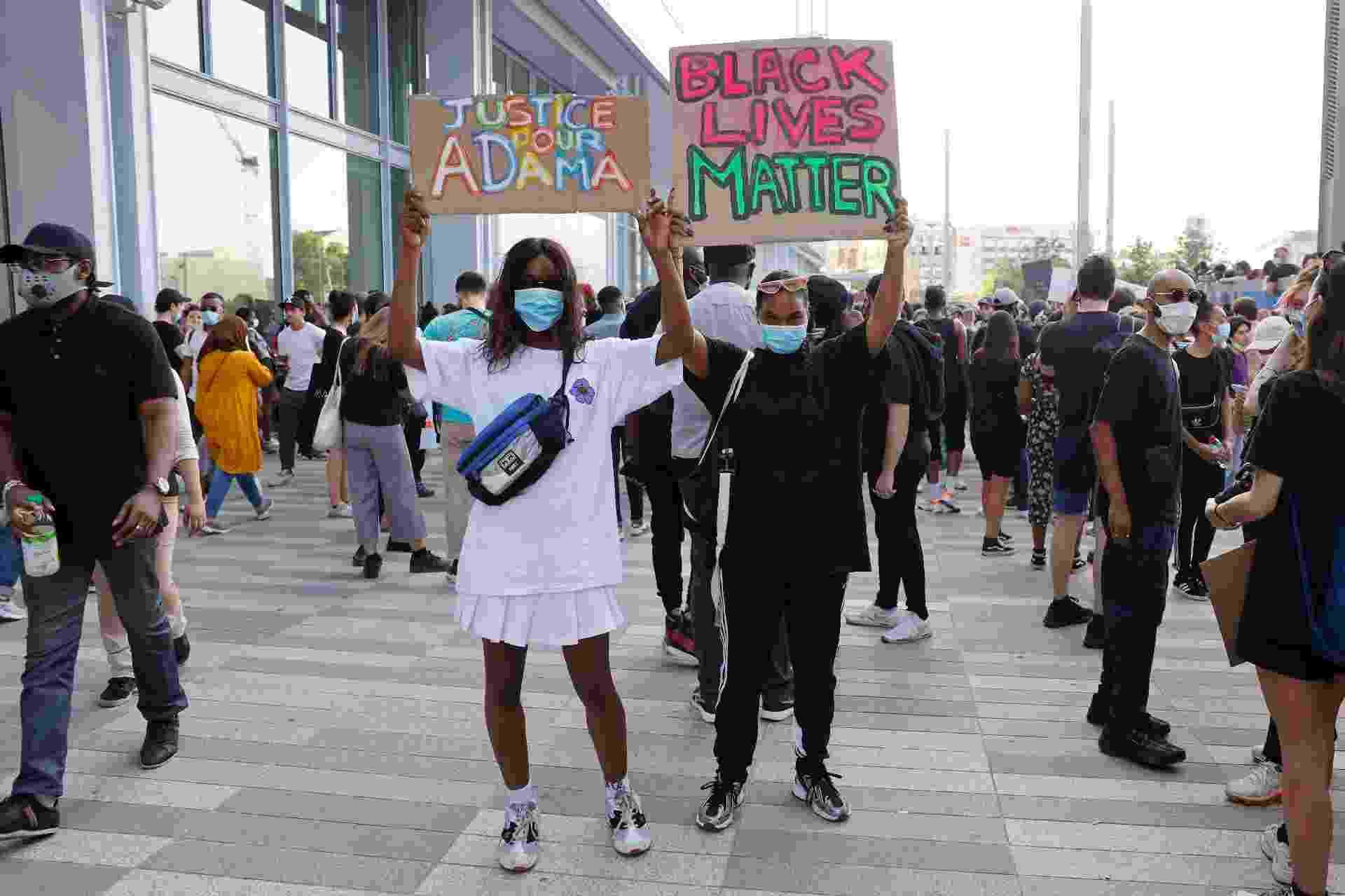 Milhares de pessoas tomam as ruas de Paris em manifestação contra o racismo, lembrando as mortes sob custódia policial de Adama Traoré, na França em 2016, e de George Floyd, nos EUA em 2020 - Pierre Suu/Getty Images