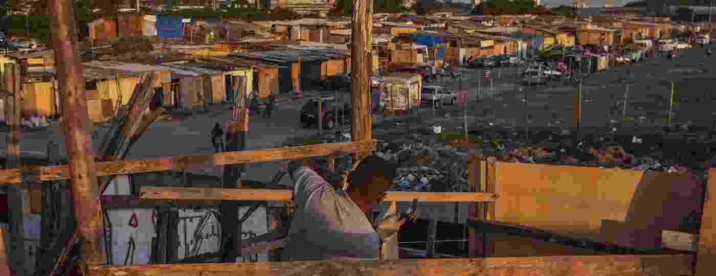 Morador trabalha na construção de barraco em terreno ocupado no Jardim Julieta - Lalo de Almeida/ Folhapress