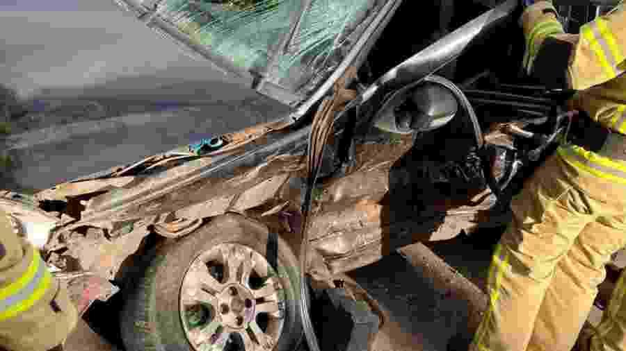 Mãe do suspeito ficou presa às ferragens após colisão com outro veículo - Divulgação/PM Amapá