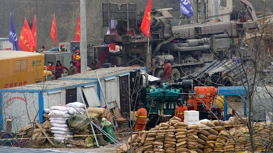 22.jan.2021 - Equipes de resgate avaliam a situação do grupo de mineiros está preso em uma mina de ouro que desabou em Qixia, no leste da China - Aly Song/Reuters