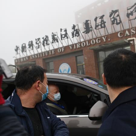 Arquivo - Membros da OMS que investigam as origens do novo coronavírus no Instituto de Virologia de Wuhan; eles não divulgarão suas conclusões preliminares - Hector Retamal/AFP